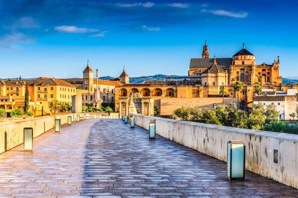 Córdoba es una ciudad andaluza ubicada a orillas del río Guadalquivir.