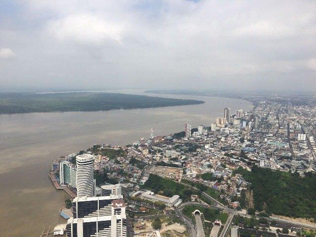 Vista panorámica de Guayaquil y el río Guayas.