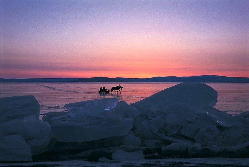 El lago Hovsgol, al norte del país, es el mayor lago de Mongolia por volumen. Cada invierno se congela con una capa de hielo tan ancha que se puede atravesarlo en coche tirado por caballos e, incluso, en camión.
