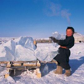 Este joven tuvo la tarea de llevar un gran bloque de hielo a su madre (nuestra anfitriona) en la carpa de piel (llamada ger) en el fondo, para que ella lo deslía y nos haga una jarra de té con mantequilla de yak.
