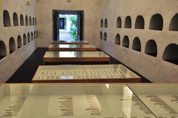 Ignasi Aballí, Listados, 1998-2007. Impresiones de prensa sobre papel, madera y vitrinas de vidrio, dimensiones variables.