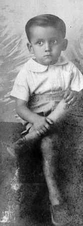 En un estudio de Guayaquil, en 1941, cuando tenía cinco años.