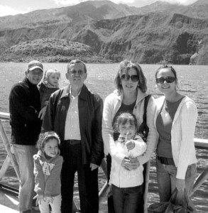 De paseo por la laguna de Cuicocha, Imbabura, con su esposa Elisa, sus hijos César y Marisol y sus nietas Álex, Gaby y Pamela.