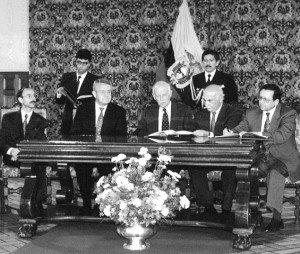 En 1993, el ministro Robalino firma un convenio de cooperación económica y financiera con organismos europeos. Al centro, el presidente Sixto Durán; a la derecha,  el canciller Diego Paredes.