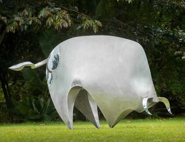 MECÁNICO, acero inoxidable y granito, 122 x 217 x 83 cm, serie 2000-2016.