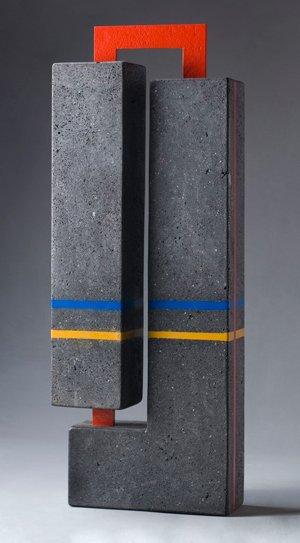 CONSTRUCCIÓN, lava volcánica, hierro y resina, 107 x 20 x 39 cm, 2004.