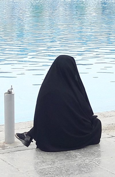 El chador (la túnica negra que cubre a las mujeres de la cabeza a los pies) se ha convertido en el cliché de la mujer iraní.