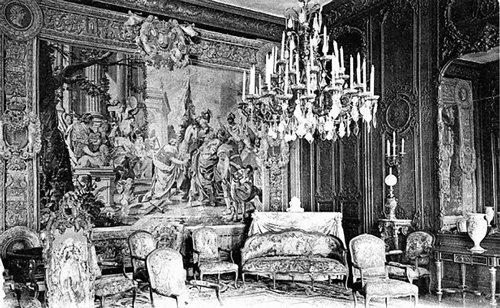 Chambre bleue en el hotel de Rambouillet: el salón ejerció una gran influencia en la lengua francesa, así como en la literatura de su tiempo. Aunque Molière ridiculizara los modales de quienes alternaban en este salón, en su obra Las preciosas ridículas, precisamente fueron estas 'preciosas' las que desempeñaron un importantísimo papel en la renovación del vocabulario francés.