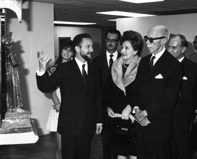 Hernán Crespo Toral, junto a Corina del Parral de Velasco Ibarra, primera dama de la nación, y el presidente José María Velasco Ibarra, en el Museo del Banco Central del Ecuador, 1969.