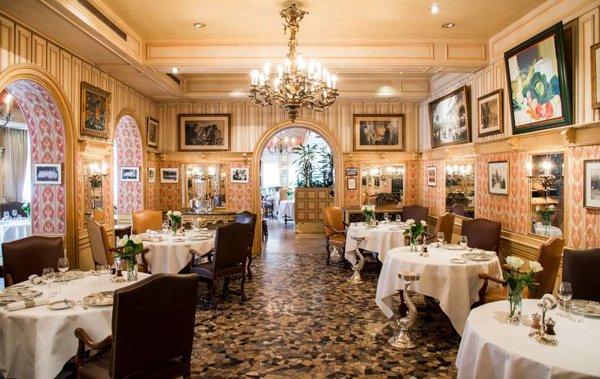 Salón del restaurante Paul Bocuse, ganador de tres estrellas Michelin.