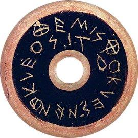 Ostracon u ostrakon: concha o fragmento de cerámica sobre el que se escribía el nombre del ciudadano condenado al ostracismo.