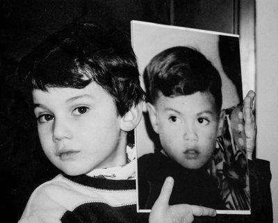 El hijo de Dante, Daniel, de 21 años, sostiene una foto de su padre cuando ambos eran niños.
