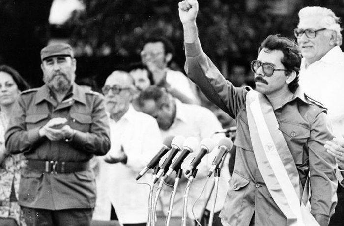 Daniel Ortega en 1980, junto a Fidel Castro.