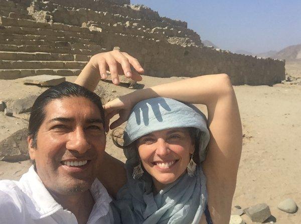 Con Manuela en la ciudad sagrada de Caral, donde nacieron los quipus.