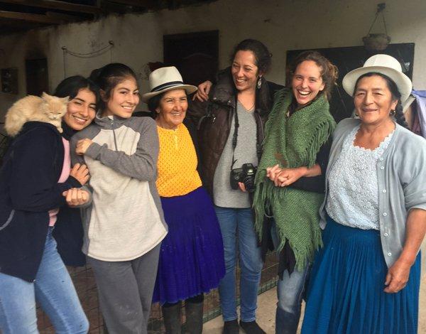 Desde la izq. Nusta y Asiry, hijas de Yacu, su mamá Rosa Inés, Clara, Manuela y Angélica en Tarqui.