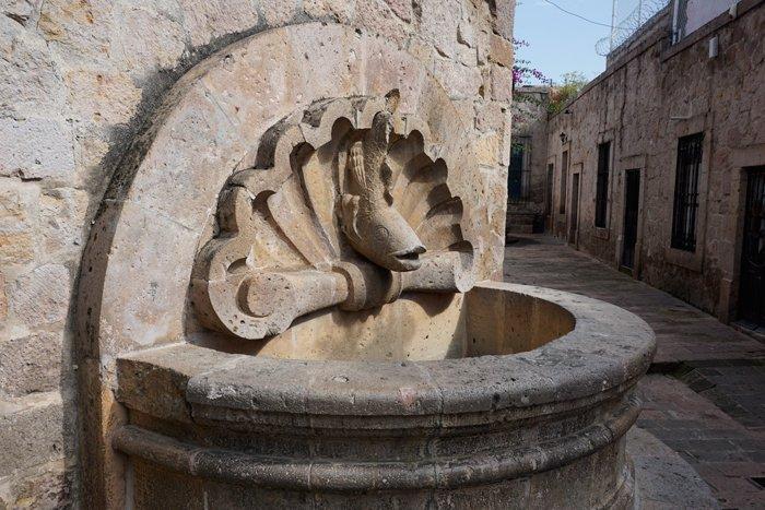Fuente tallada en cantera rosa, la piedra característica de Morelia, por ello llamada la Ciudad Rosa.