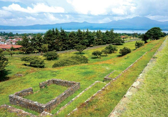 Ruinas precolombinas de Tzintzuntzan, capital del se¬ñorío Tarasca, a orillas del lago Pátzcuaro.
