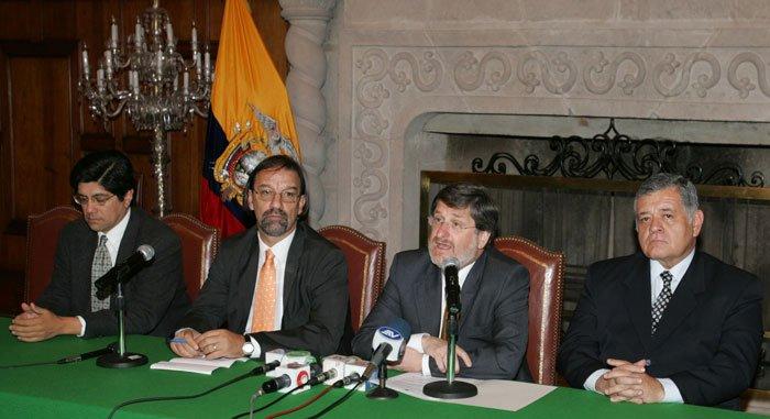 Mesa del Planex 2020. Desde la izq.: José Valencia, Javier Ponce, coordinador; Francisco  Carrión, canciller y Alfredo Negrete, comunicador, 2006. Foto: El Comercio.