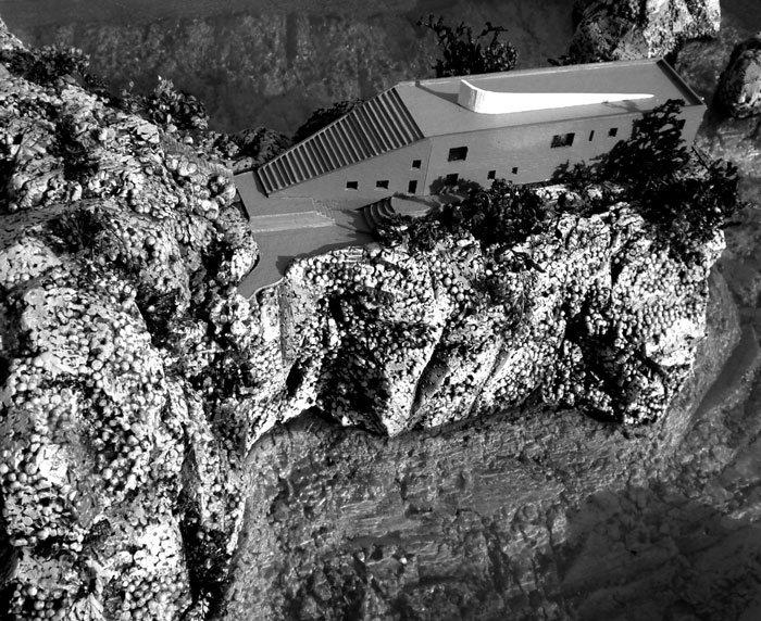 Colgada del acantilado de Punta Masullo, en Capri, la casa Malaparte responde a las inquietudes y anhelos de su característico propietario.