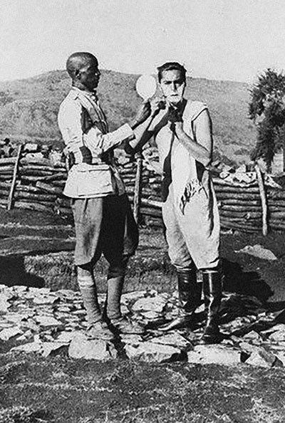 Curzio Malaparte durante un viaje a África, con un soldado etíope, 1939.