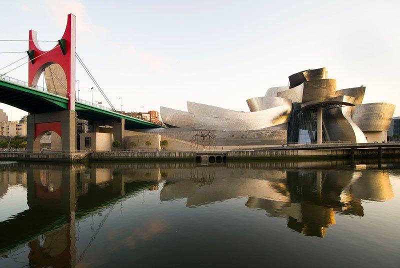 ARCOS ROJOS, 2007, intervención de Daniel Buren en el puente de La Salve que conduce al Museo Guggenheim, diseñado por Frank O. Gehry.