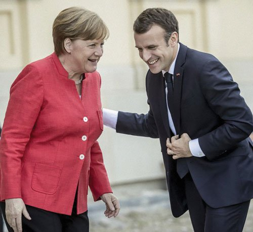 Merkel da la bienvenida al presidente francés, Emmanuel Macron, en el Fórum Humboldt, en el Berlin Palace, en el 2018.