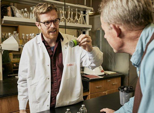 Luke analiza algunas muestras junto con su colega, el investigador William Inskeep.