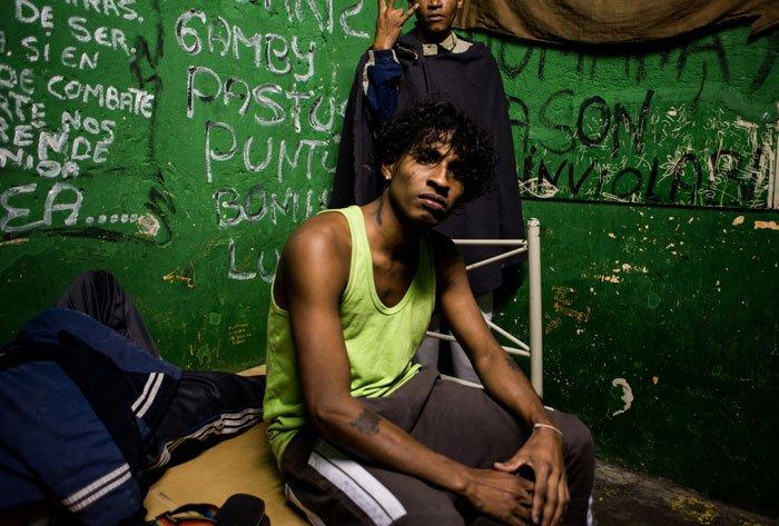 Mayky de 22 años de edad, originario del cantón Pedernales, fue privado de libertad en el Centro de Detención Provisional El Inca en 2016, por robo agravado de un teléfono celular. Tras una sentencia de cinco años fue trasladado al Centro de Rehabilitación Social Latacunga donde perdió la vida en su celda en la etapa de mediana seguridad. Quito, 2016.