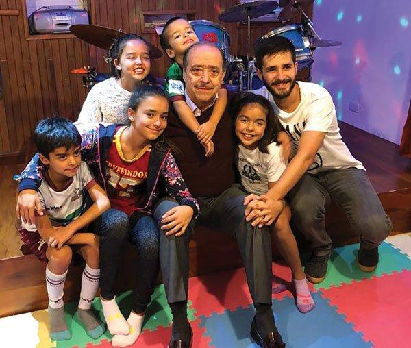 Con sus nietos, Tomás, Isabella, Rafaela, Ignacio, Romina y Andrés, 2019.