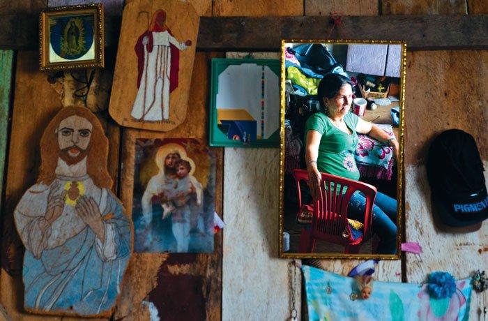Doña Carmen Teresa, la Paisita, descansa en la sala de su casa ubicada en Puerto Nuevo, Sucumbíos, poblado ubicado a orillas del río San Miguel en la frontera con Colombia. Colombianos desplazados por la violencia armada en el sur de su país se asentaron en esta región desde 2001.