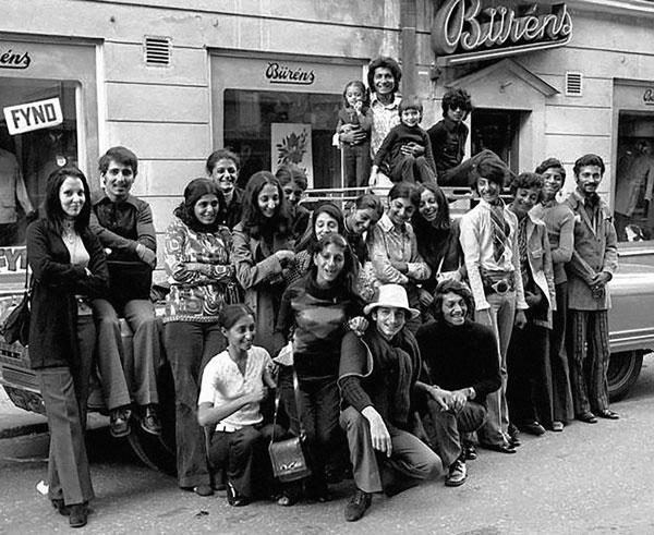 Osama bin Laden (segundo desde la derecha) junto a su familia en Suecia a principios de los setenta. Sus hijos llevan vidas muy distintas. Si bien algunos siguieron los pasos de su padre como yihadistas de Al Qaeda y otros optaron por más tranquilidad, todos han debido lidiar con el peso de su apellido.