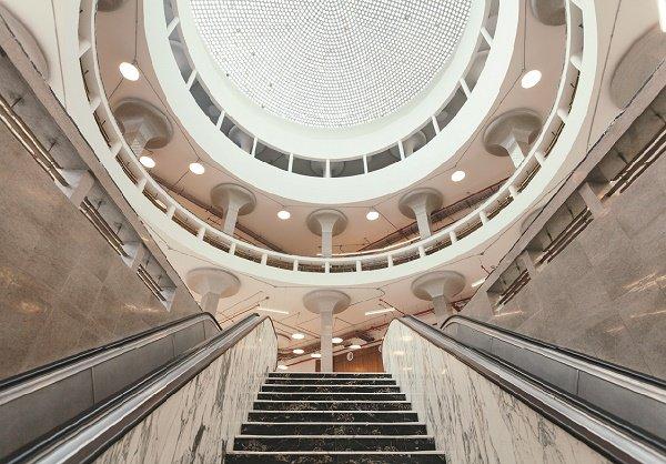 El edificio en el que funciona la Biblioteca de las Artes es Patrimonio Cultural de la nación, 2011. La parte interna del recinto tiene forma circular, cuenta con cuatro pisos y un fondo de 40 000 libros.