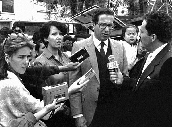 Entrevistando al presidente Osvaldo Hurtado, cuando era reportera de Ecuavisa, Quito, 1982.