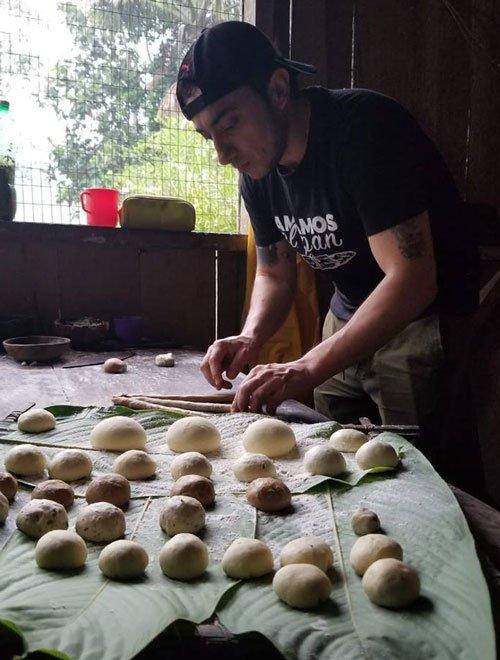 Paneando en la Amazonía. Comunidad secoya Remolino, provincia de Sucumbíos. Pan con masa madre de chicha de chonta.
