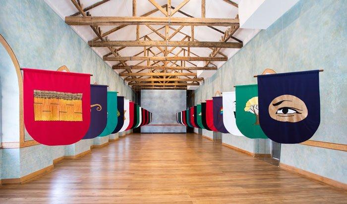 De la serie Banderines, tela bordada a mano con hilo de rayón y madera de guayacán.