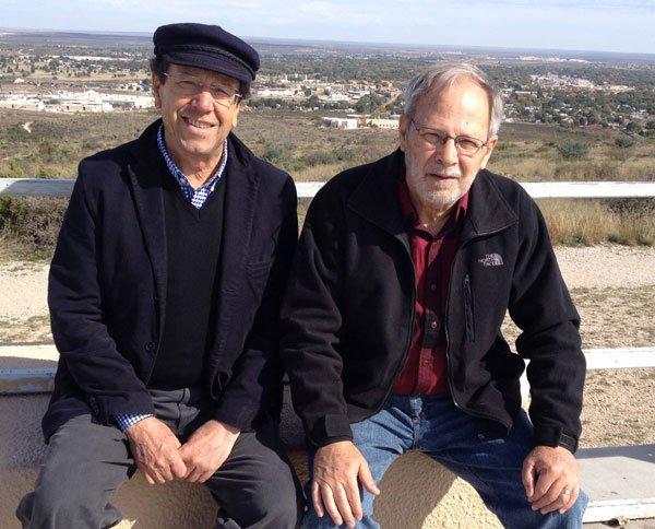 Con Nick Mills, autor del enjundioso libro de entrevistas Osvaldo Hurtado visto por sus contemporáneos. Nuevo México, 2000.
