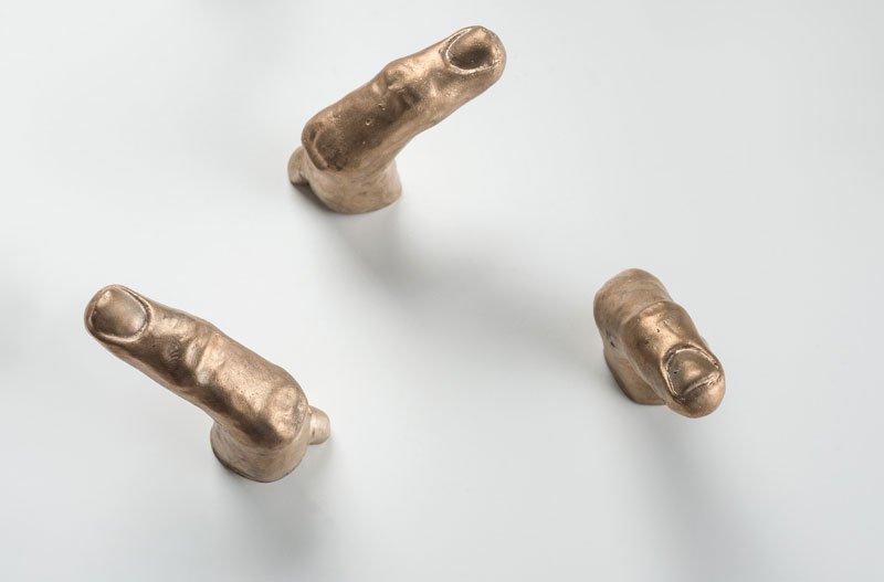 """""""Los culpables"""" (detalle), dedos de bronce, instalación, 2018."""